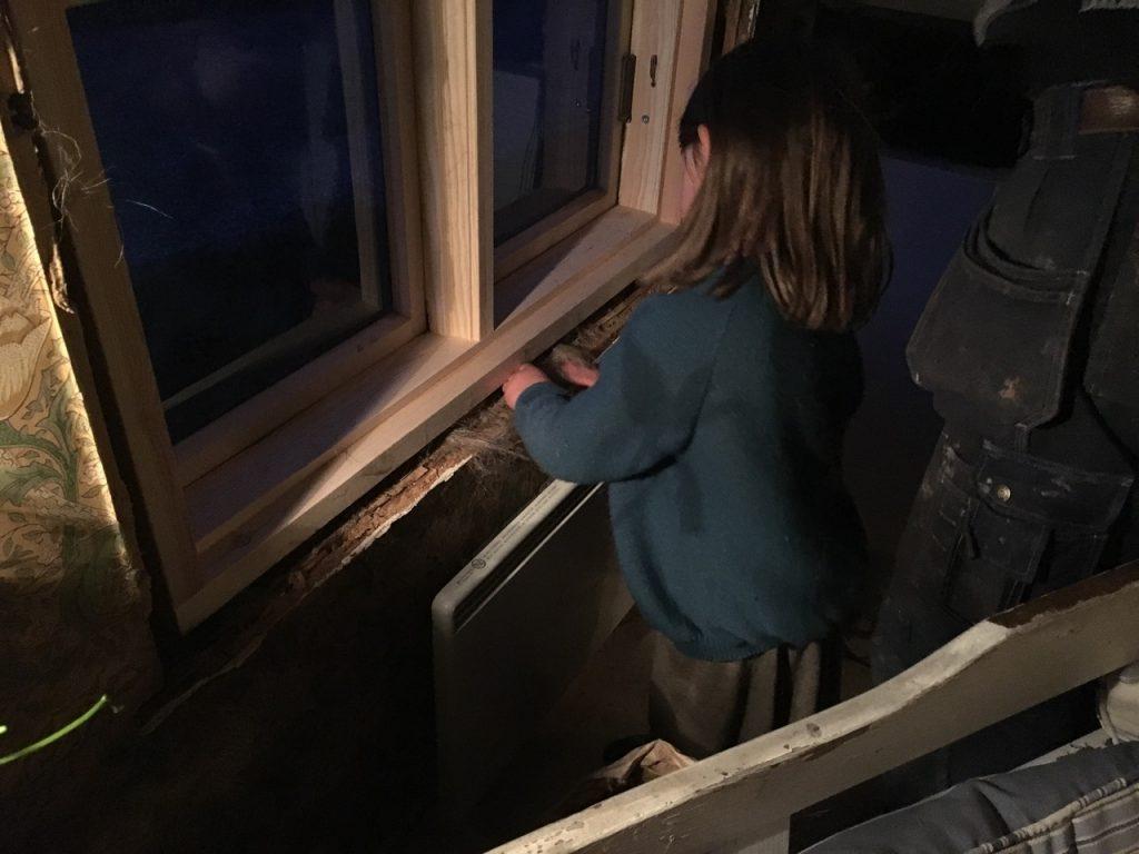 Barnehender som tapper inn lindrev for å hindre kalde gamle hus