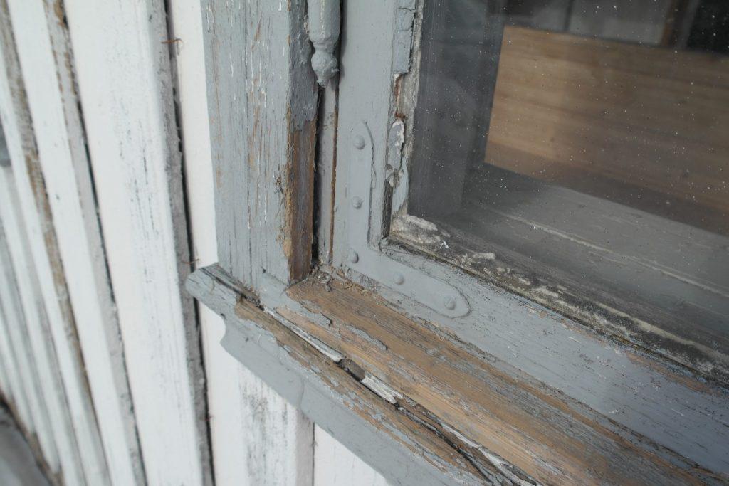 Detaljer fra slitt vindu på Skjeggenes