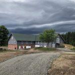 Dramatisk himmel over låve på Skjeggenes