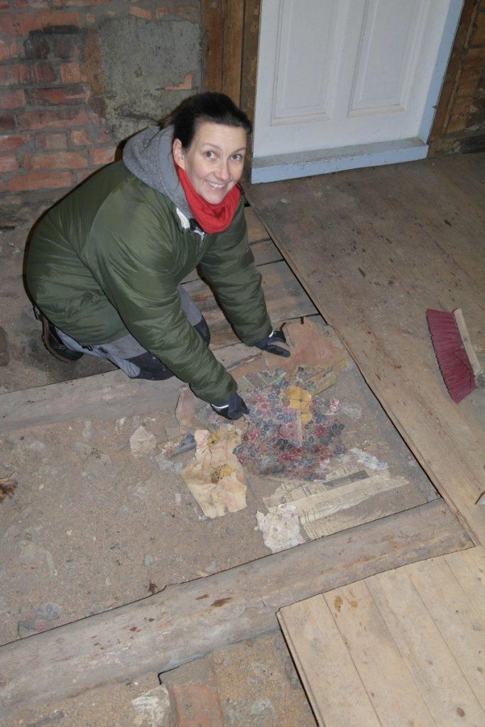 Finner origanle gamle tapeter under gulvet på Ånnerød