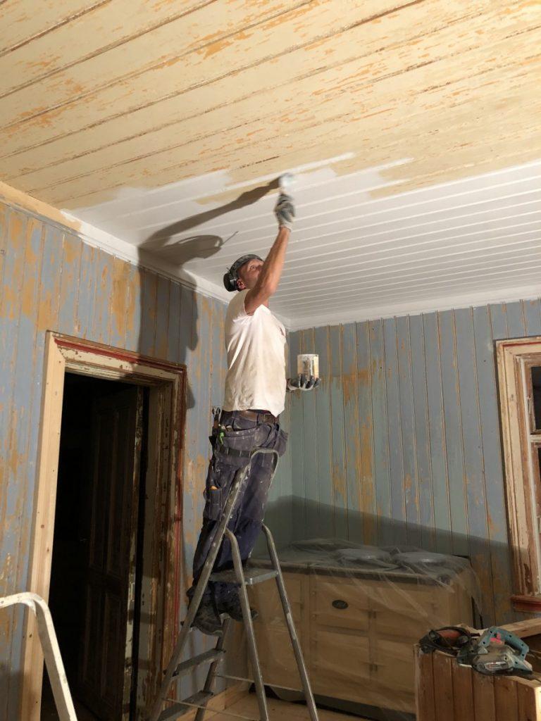 Lars maler tak med linoljemaling