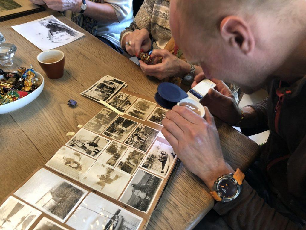Lars studerer gamle bilder fra Skjeggenes