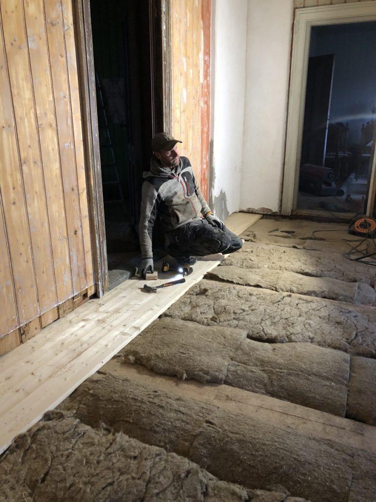 Nytt gulv i hallen på Skjeggenes