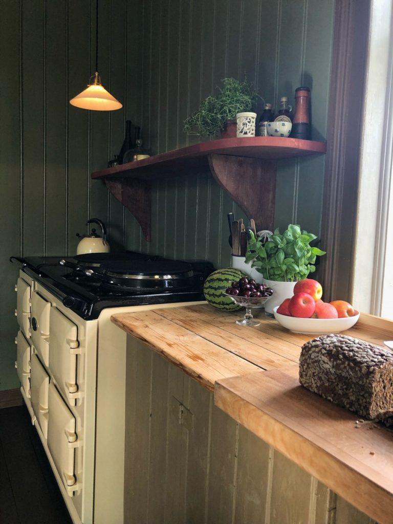 AGA komfyr og gammel kjøkkenbenk på Skjeggenes