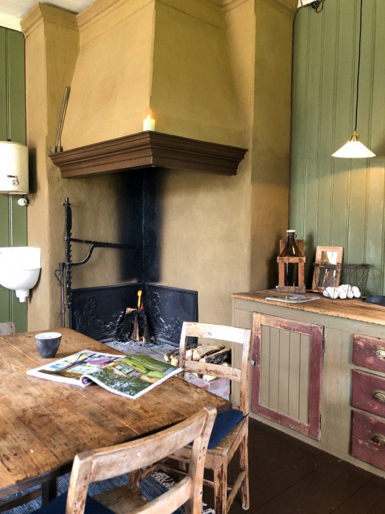 Gamle kjøkkenelementer og grue